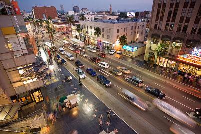 Hollywoodský chodník slávy - http://commons.wikimedia.org/wiki/File:Hollywood_boulevard_from_kodak_theatre.jpg