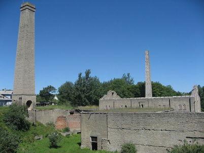 Staré cementárenské budovy v Kundě - http://commons.wikimedia.org/wiki/File:Kunda_1.jpg