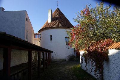 Červená věž - http://commons.wikimedia.org/wiki/File:2008_10_15_punane_torn_p%C3%A4rnus_06.jpg