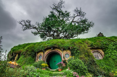 Hobití nora Dno pytle - https://en.wikipedia.org/wiki/Shire_%28Middle-earth%29#/media/File:Hobbiton,_New_Zealand.jpg