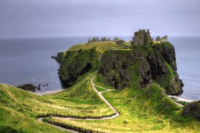 Hrad Dunnottar - https://commons.wikimedia.org/wiki/File:Dunnottar_Castle_(pro_view).jpg