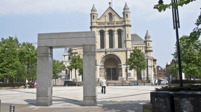 Veřejné umění v přední části katedrály sv. Anny - https://www.flickr.com/photos/infomatique/5701830329/