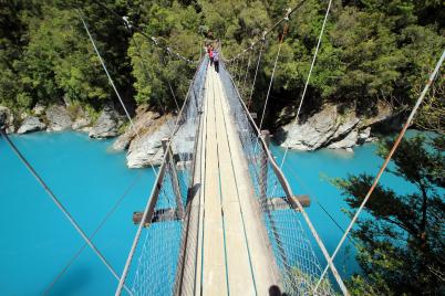 Most přes řeku v soutěsce Hokitika - https://www.flickr.com/photos/stephendgardner/24034534819