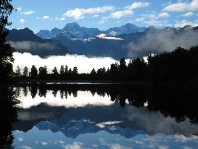 Odraz Mt. Cook v lake Matheson - https://commons.wikimedia.org/wiki/File:Aoraki_Mount_Cook,_Mount_Tasman_and_Fox_Glacier.jpg