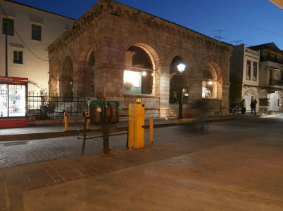 Benátská lodžie - https://commons.wikimedia.org/wiki/File:Rethymno_loggia_at_night_3230528.JPG?uselang=cs