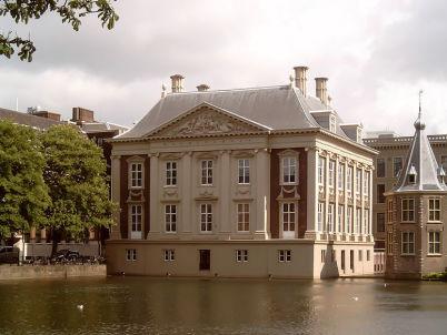 Mauritshuis v Haagu - http://commons.wikimedia.org/wiki/File:Den_Haag,_Mauritshuis_vanaf_Hofvijver_2006-05-29_16.12_.JPG