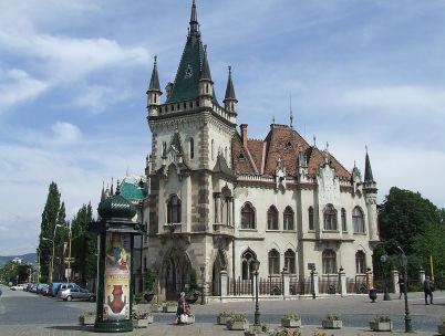 Jakabův palác - https://commons.wikimedia.org/wiki/File:Jakabov_palac.JPG