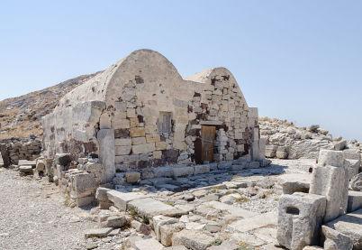 Starověká Fira  - https://commons.wikimedia.org/wiki/File:2012_-_Agios_Stefanos_-_Ancient_Thera_-_Santorini_-_Greece_-_05.jpg