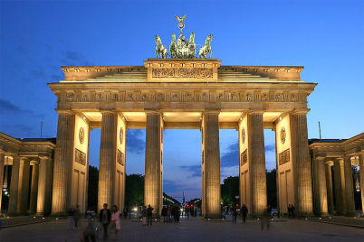 Braniborská brána v Berlíně - http://commons.wikimedia.org/wiki/File:Brandenburger_Tor_abends.jpg