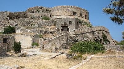 Pevnost na ostrově Spinalonga - https://commons.wikimedia.org/wiki/File:Spinalonga,formerly_leper_colony.jpg