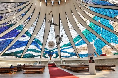 meropolitní katedrála, Brasilia - https://commons.wikimedia.org/wiki/File:Cathedral_of_Brasilia_int_July_2009.jpg
