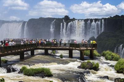 vyhlídka pod vodopády Iguacu - https://commons.wikimedia.org/wiki/File:Parque_Nacional_do_Igua%C3%A7%C3%BA_-_Igua%C3%A7u_National_Park_%2814116132151%29.jpg