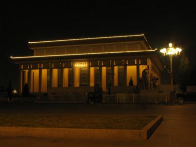 Mao Ce-tungovo Mauzoleum - https://www.flickr.com/photos/gaobo/3088455968/in/photolist-5GV9mQ-6dUnuH-4VYPcC-98L7GE-6dUpGi-6G51D9-6vuJyg-6wGJPQ-Gq9ssT-LK8jio-8u5TJJ-6w1FB9-fwRjP-cHiBBo-9yicQL-4R9sY-4U2xzb-4R9sZ-5KGKRP-7V21ka-adCGJv-6wCthM-7V5fyJ-2EQL24-7h8xQM-HW474-2bpoU-HW47V-KA3r9s-KGuWF9-KCuH3r-KA3nF5-KA3mnU-KKoNND-KA3hEU-KCuAD4-JNNWDQ-KKoGtK-JNNT2Q-aEdwbK-aEhmdG-aEdvmZ-aEduKF-aEdtN4-aEhhT5-aEdrQk-aEdqJp-aEhfSo-aEdpg2-aEhduQ