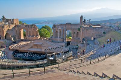 Řecké divadlo Teatro Greco  - https://www.flickr.com/photos/luca_volpi/6098992475/