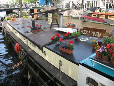 Muzeum v hausbótu - https://commons.wikimedia.org/wiki/File:Hendrika_Maria_Woonbootmuseum_Amsterdam.jpg
