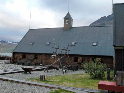 Neðstikaupstaður - https://is.wikipedia.org/wiki/Ne%C3%B0stikaupsta%C3%B0ur#/media/File:%C3%8Dsafj%C3%B6r%C3%B0ur_12.JPG