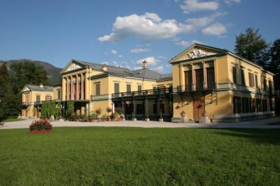 Císařská vila - https://commons.wikimedia.org/wiki/File:Kaiservilla_vorderansicht.jpg