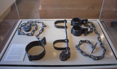 Prison gate muzeum - https://www.flickr.com/photos/-jvl-/7962569022/in/photolist-d8CkC3-d8CfmN-d8Cd45-d8CtSU-d8C92m