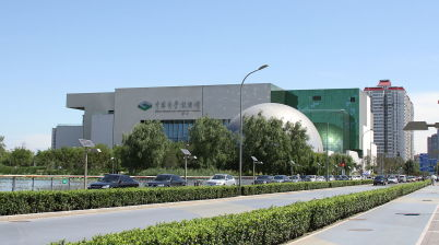 Muzeum vědy a techniky - https://en.wikipedia.org/wiki/China_Science_and_Technology_Museum#/media/File:Beijing_science_and_technology_museum_14_Aug_2010.jpg