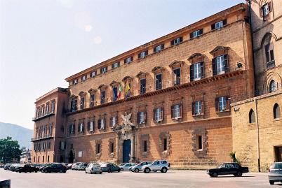 Palazzo Dei Normanni  - https://it.wikipedia.org/wiki/Palazzo_dei_Normanni#/media/File:Palermo-Castle-bjs-1.jpg