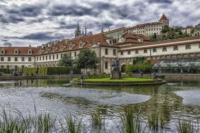 Valdštejnská zahrada - https://commons.wikimedia.org/wiki/File:Cityscape_of_Prague_at_daylight_(8140914047).jpg