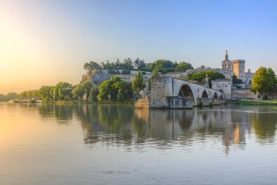 Most Saint-Bénézet - https://en.wikipedia.org/wiki/Pont_Saint-B%C3%A9n%C3%A9zet#/media/File:Saint-benezet_in_southeastern_France.jpg