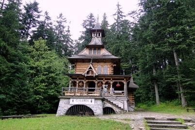 Kostelík v Jaszcurówce - https://commons.wikimedia.org/wiki/File:Kaplica_Naj%C5%9Bwi%C4%99tszego_Serca_Jezusowego_w_Jaszczur%C3%B3wce.JPG