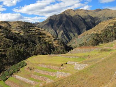 Terasy v Chincheru - https://commons.wikimedia.org/wiki/File:Terraces_at_Chincero_(7914099066).jpg