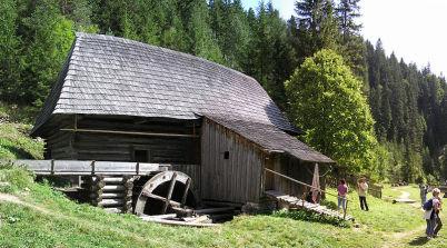 Mlýny na Oblazoch - https://commons.wikimedia.org/wiki/File:Kvacany_oblazy_horny_mlyn_2010.JPG