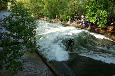 Surfování na řece Eisbach -