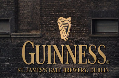 Vstup do pivovaru - https://en.wikipedia.org/wiki/Guinness#/media/File:St._James%27s_Gate_Brewery,_Dublin,_Ireland.jpg