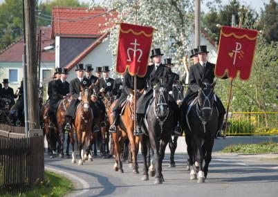 Lužickosrbské velikonoční jízdy - https://commons.wikimedia.org/wiki/File:Osterreiter_Miltitz.JPG