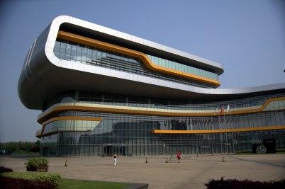 Muzeum automobilů - https://en.wikipedia.org/wiki/Shanghai_Auto_Museum#/media/File:Shanghai_Automobile_Museum.jpg