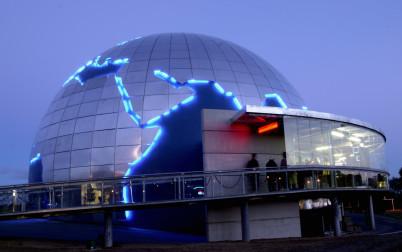 Planetárium - https://commons.wikimedia.org/wiki/File:G%C3%A9ode_repr%C3%A9sentant_la_Terre_%22La_cit%C3%A9_de_l'espace%22_Toulouse_-_FRANCE.jpg