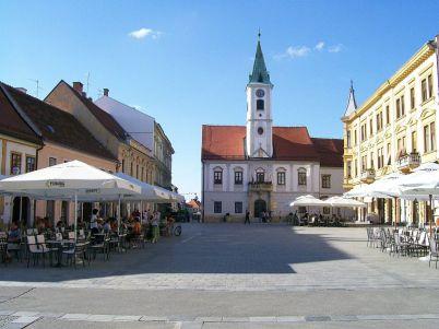 Radnice ve Varaždinu - https://commons.wikimedia.org/wiki/File:Korzo_Vara%C5%BEdin.jpg