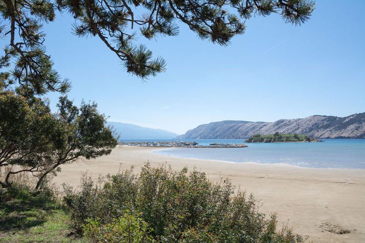 Opuštěná písečná plaž Rajska plaža