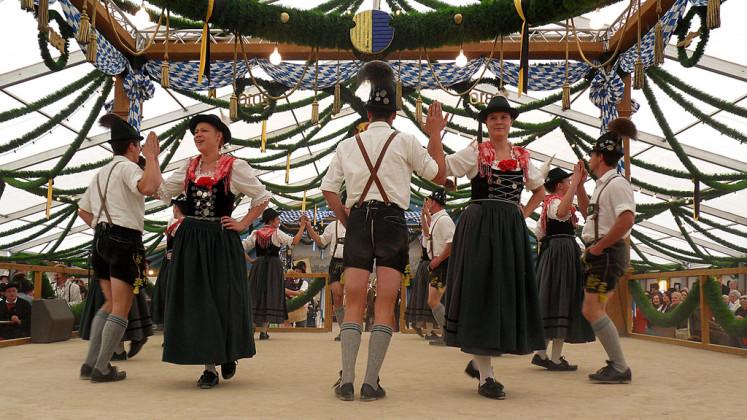 Lidové tance a tradiční kroje Lederhosen a Dirndl