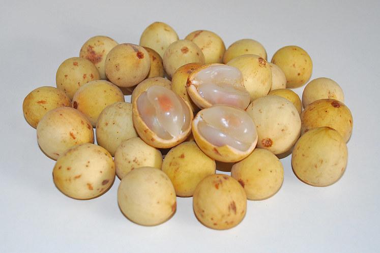 Sladký Duku Langsat koupený na trhu s ovocem