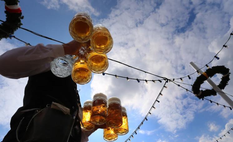 Tuplák neboli německy Maß vně stanu na Oktoberfestu