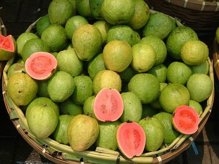 Guava u stánku s ovocem v Jakartě