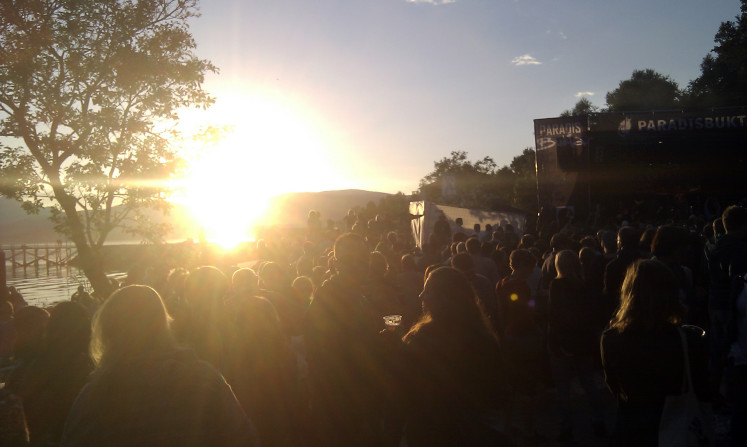 Půlnoční slunce na festivalu Bukta v Tromsø