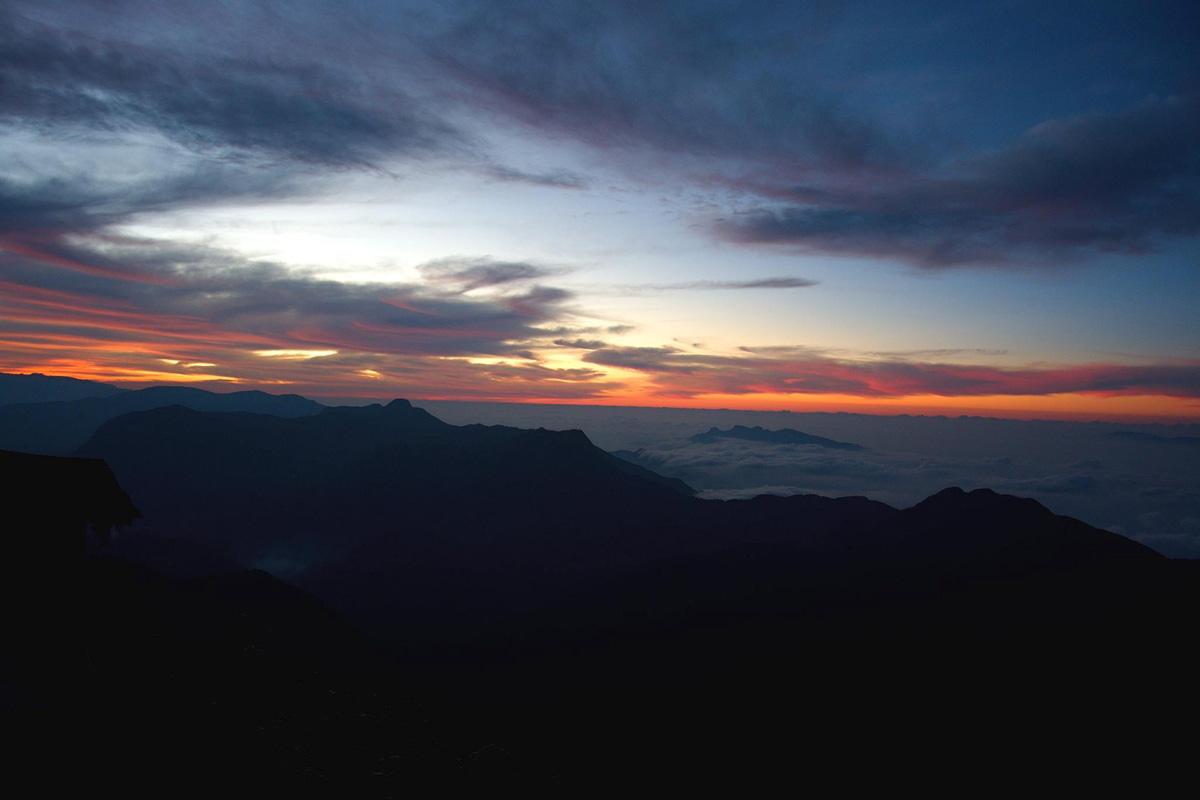 Východ slunce na vrcholu Adams peak