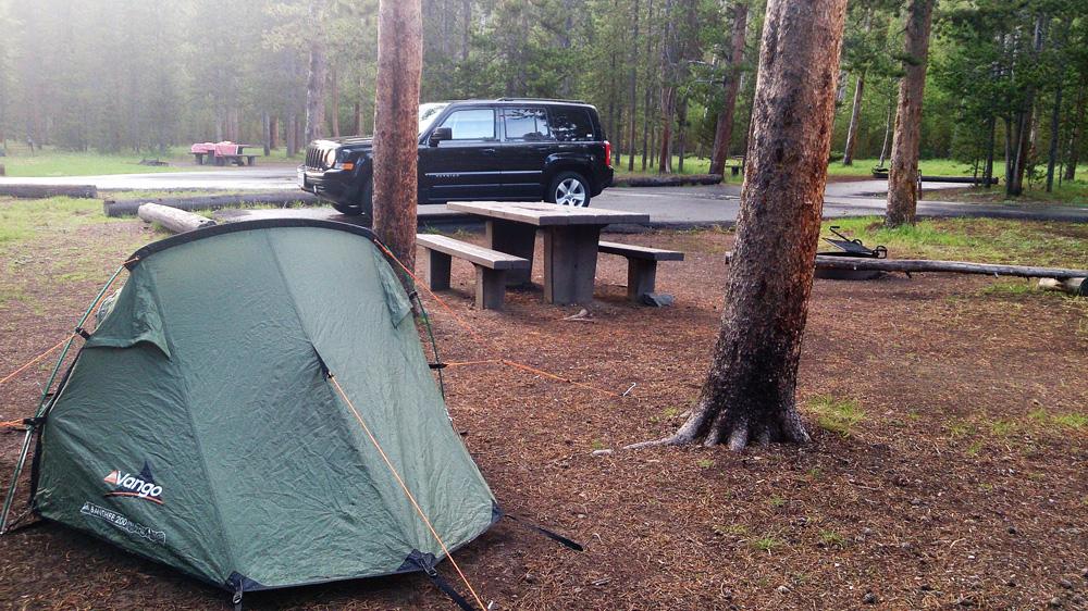 plné kempy v Yellowstone chodíš nahoru nebo dolů