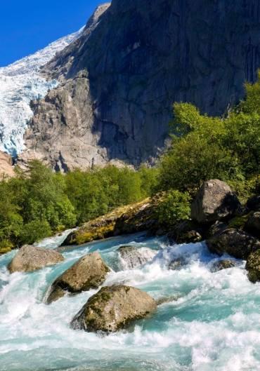 Vann, fjell og skog. Foto: Colourbox