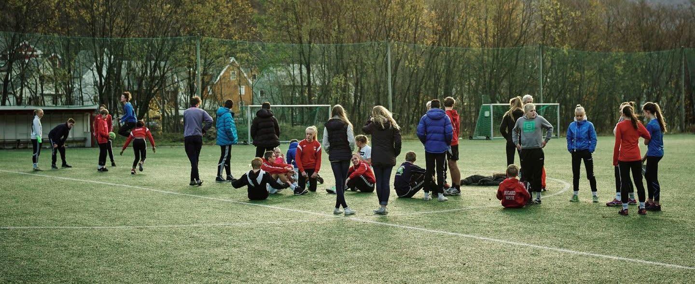Ungdommer på en fotballbane gjør seg klare.
