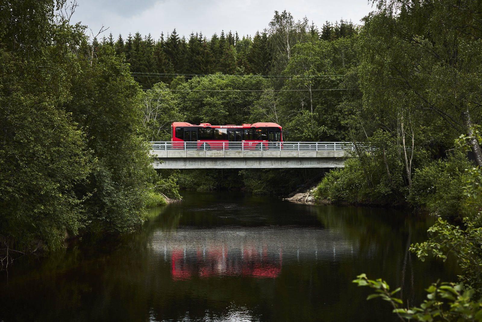 En rutebuss kjører over en bro i Oslomarka. Foto: Øivind Haug