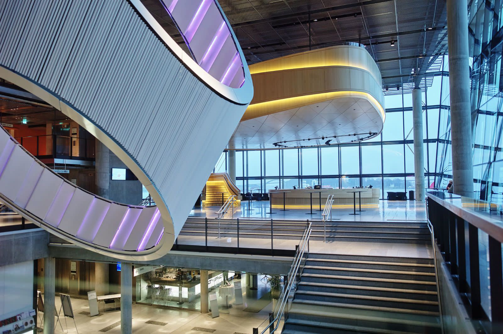 Innsiden av et bygg dekorert med lyskunst. Foto: Øivind Haug