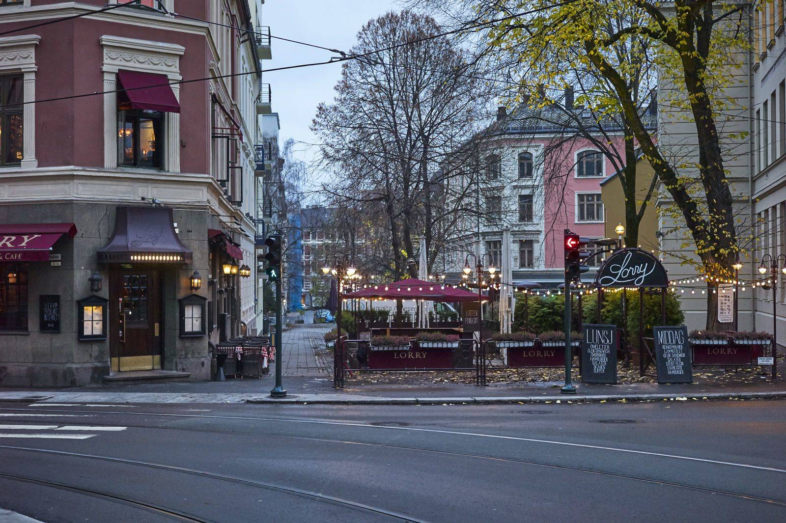 Et veikryss i storbyen med en pub på hjørnet. Foto: Øivind Haug