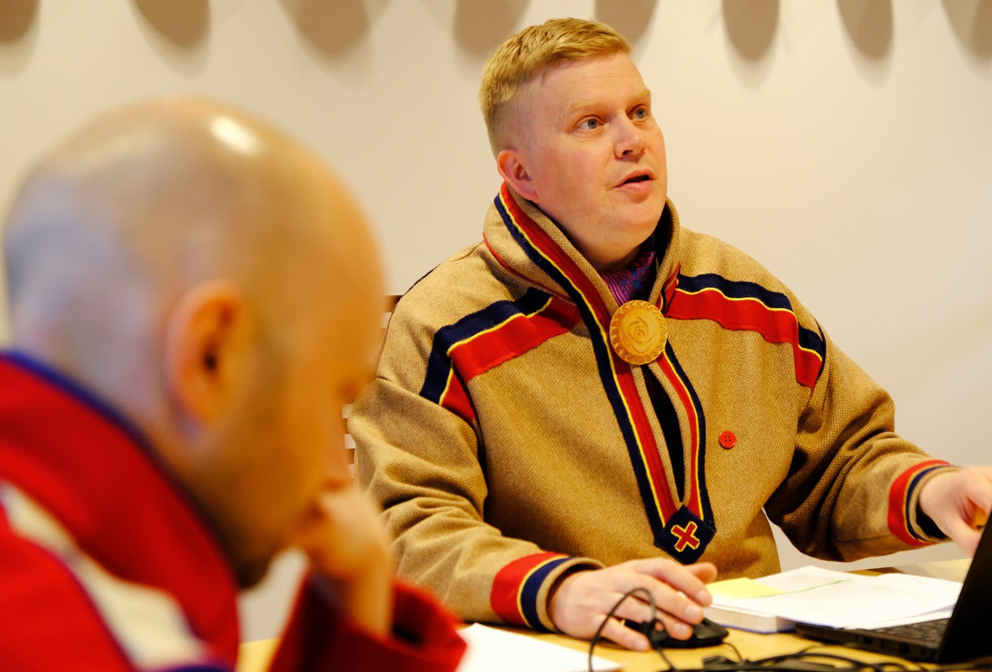 Ronny Wilhelmsen (t.h) og Tom Sottinen (t.v) diskuterer gransking av lakseforvaltningen