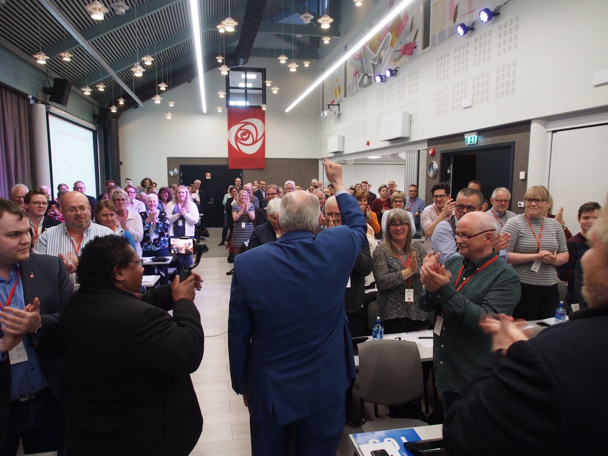 Bilde av Martin Kolberg og årsmøtesalen 2018